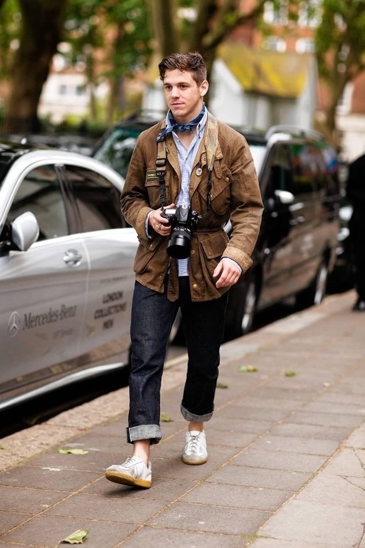Avec un aspect un peu plus « futsal » les moins démocratisées German Army Trainers (produites à l'origine par Adidas) s'envisagent également. Ici une tenue très orientée workwear avec une touche sartoriale assez nette apportée par la chemise, le foulard, et la taille ceinturée de la veste.  Source : Robert Spangle