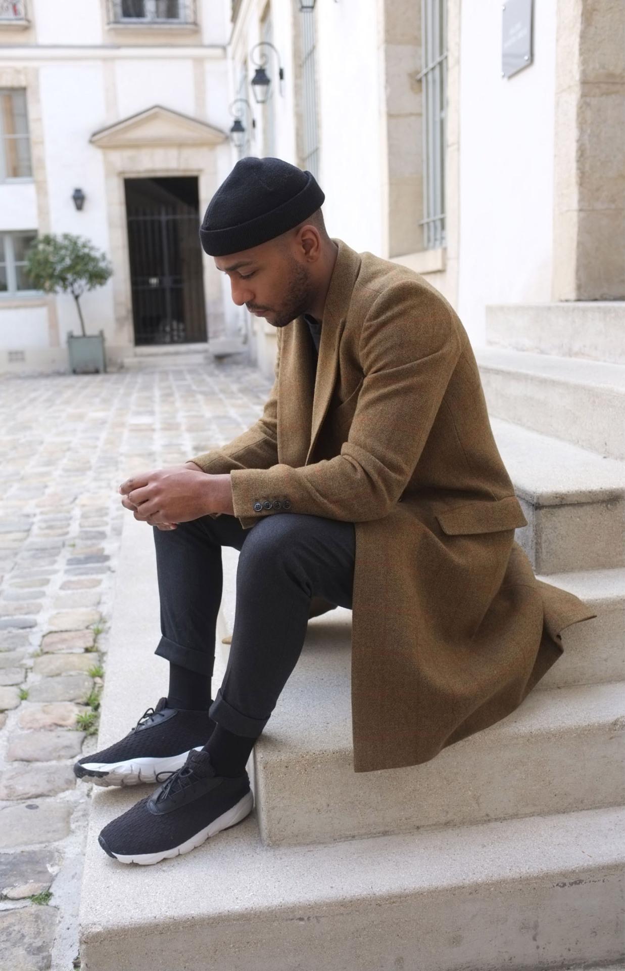 Le pardessus long s'est largement démocratisé aujourd'hui et il n'est pas rare d'en trouver dans des styles streetwear/sportswear. Source : Les Frères Joachim
