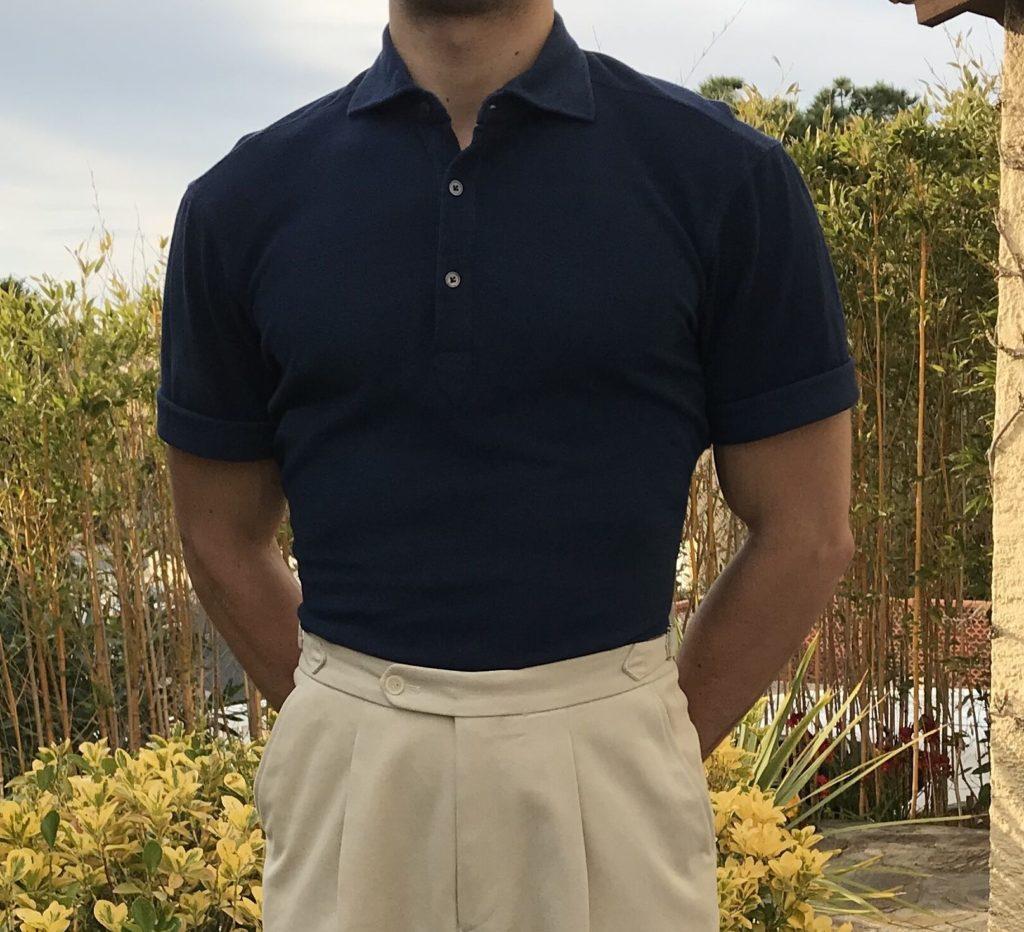 Pour éviter le côté vêtement de beauf il suffit de choisir un polo sobre et de le porter de manière classique : rentré dans le pantalon.