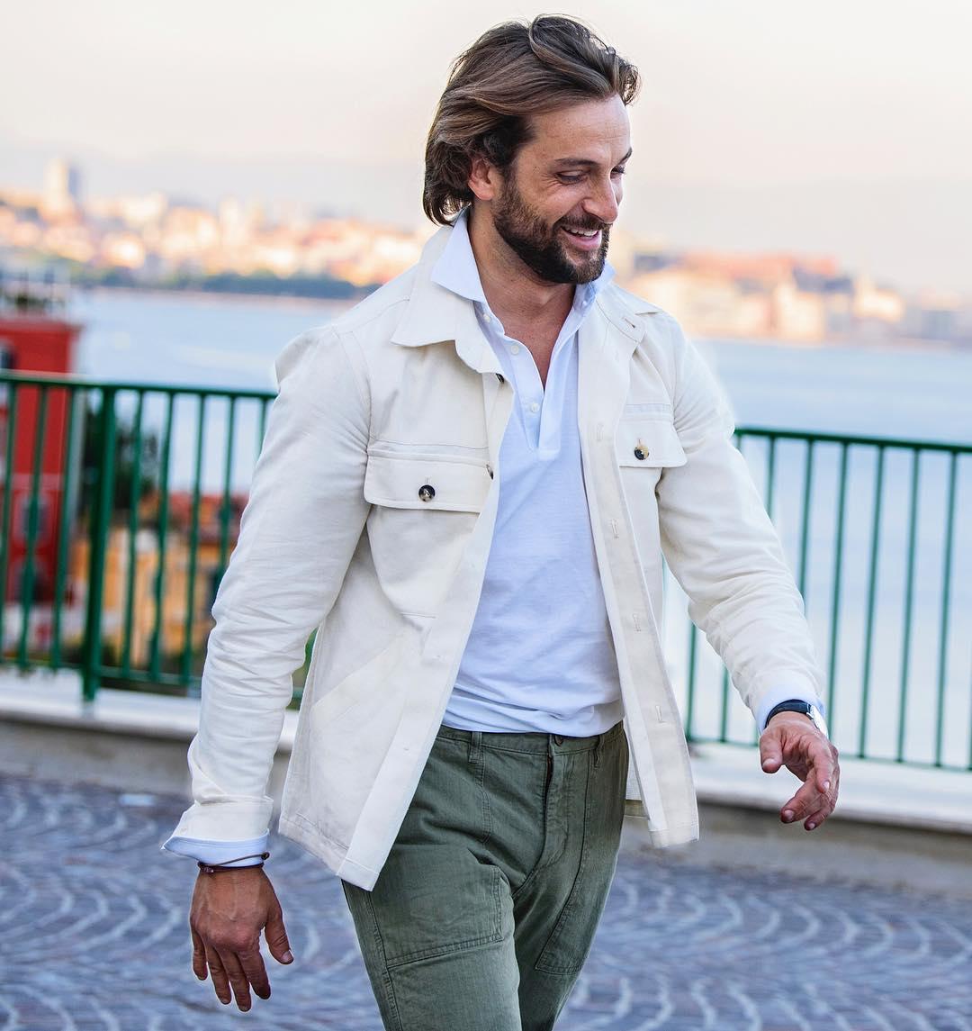 A la place de la solution radicale du t-shirt on peut remplacer la chemise par un polo sous une veste. Le polo doit alors être à manches longues. Source : Danilo Carnevale