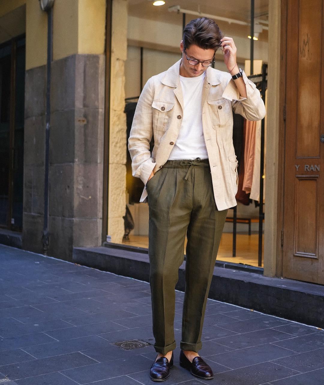 Malgré la présence d'un pantalon et de mocassins foncés la présence du t-shirt rend le port de la saharienne très décontracté. Source : Steve Calder