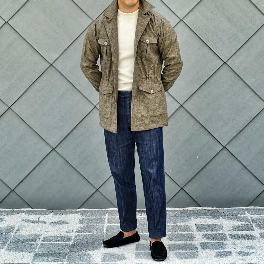 Le combo col rond clair/saharienne ou field jacket kaki est très apprécié des sartorialistes l'été. Notez qu'un étudiant pourrait très bien remplacer le pantalon en denim de la photo par un simple jeans et les mocassins par des sneakers ou espadrilles. Source : David Park