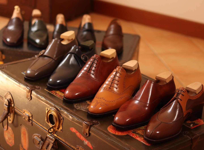 Les souliers vont facilement donner un côté pédant dans les milieux où ils sont peu présents.