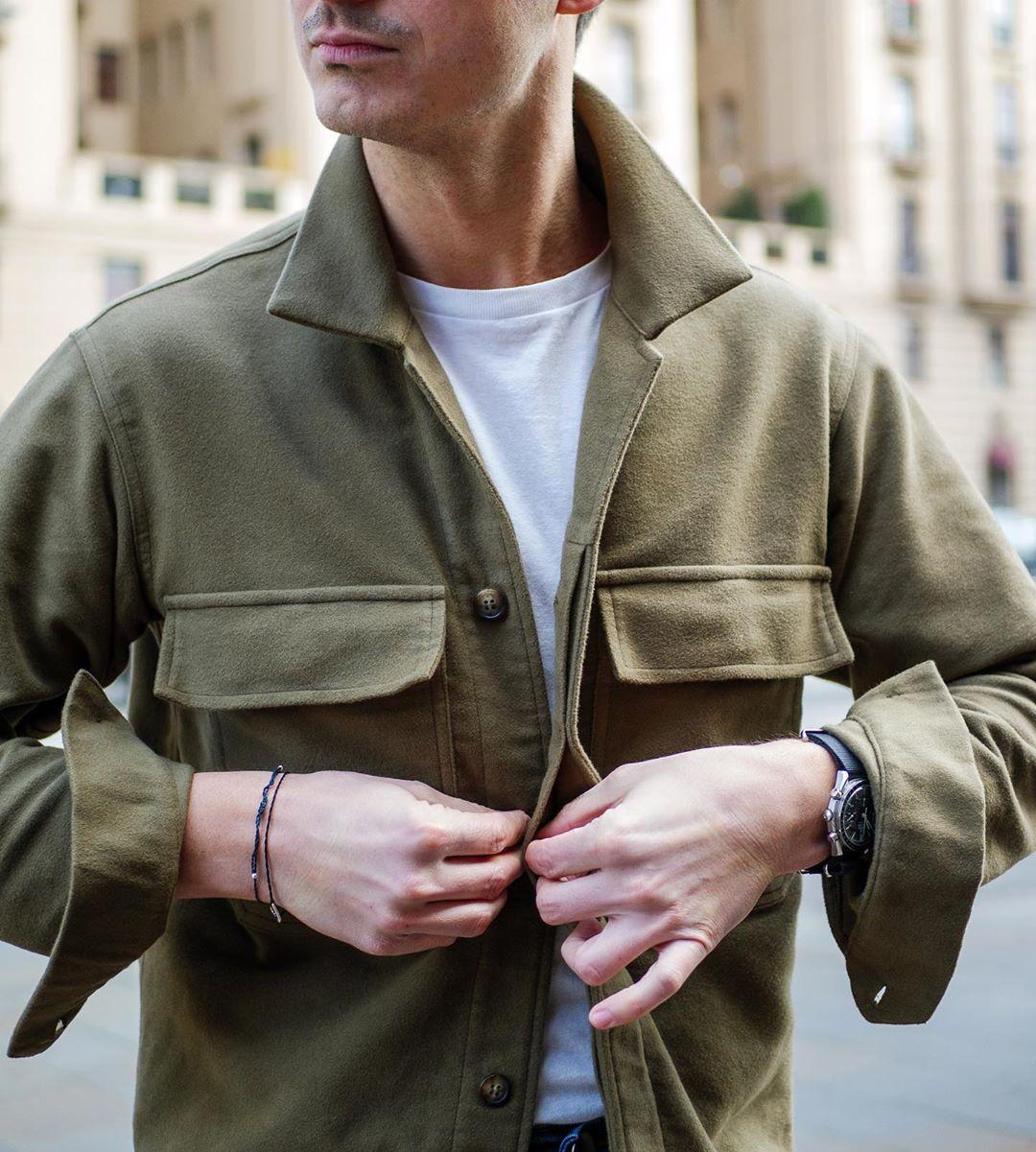 La même option s'offre par temps plus frais en adoptant une surchemise, sorte de compromis entre la chemise et la veste. Source : Steve Calder