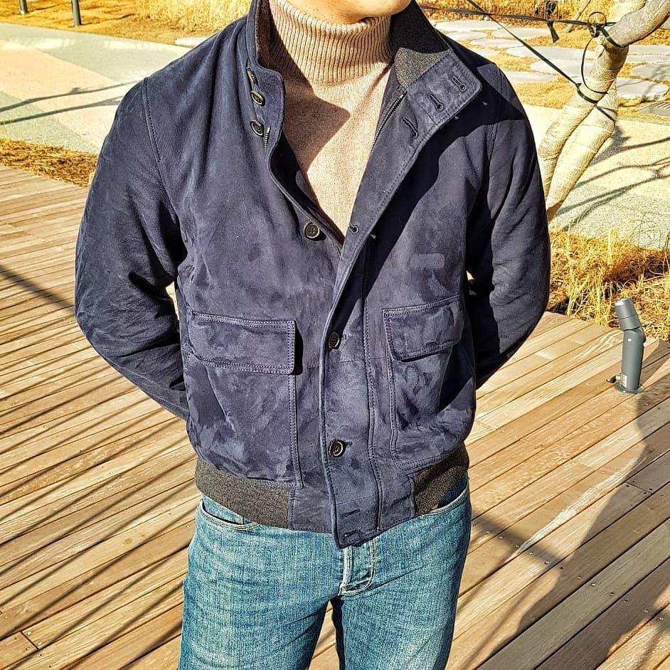 Mais on peut aussi aller dans des modifications plus drastiques en troquant le pantalon pour un jeans ou un chino plat afin de porter le soulier facilement, voire d'aller au plus casual en portant chino ou jeans ET sneakers, etc.