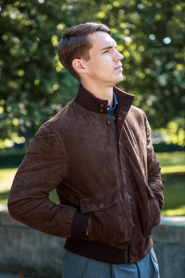 Enfin pour ceux qui ont beaucoup de moyens, le blouson type Valstar qui est un modèle à boutons en cuir suédé. Source : The Rake.