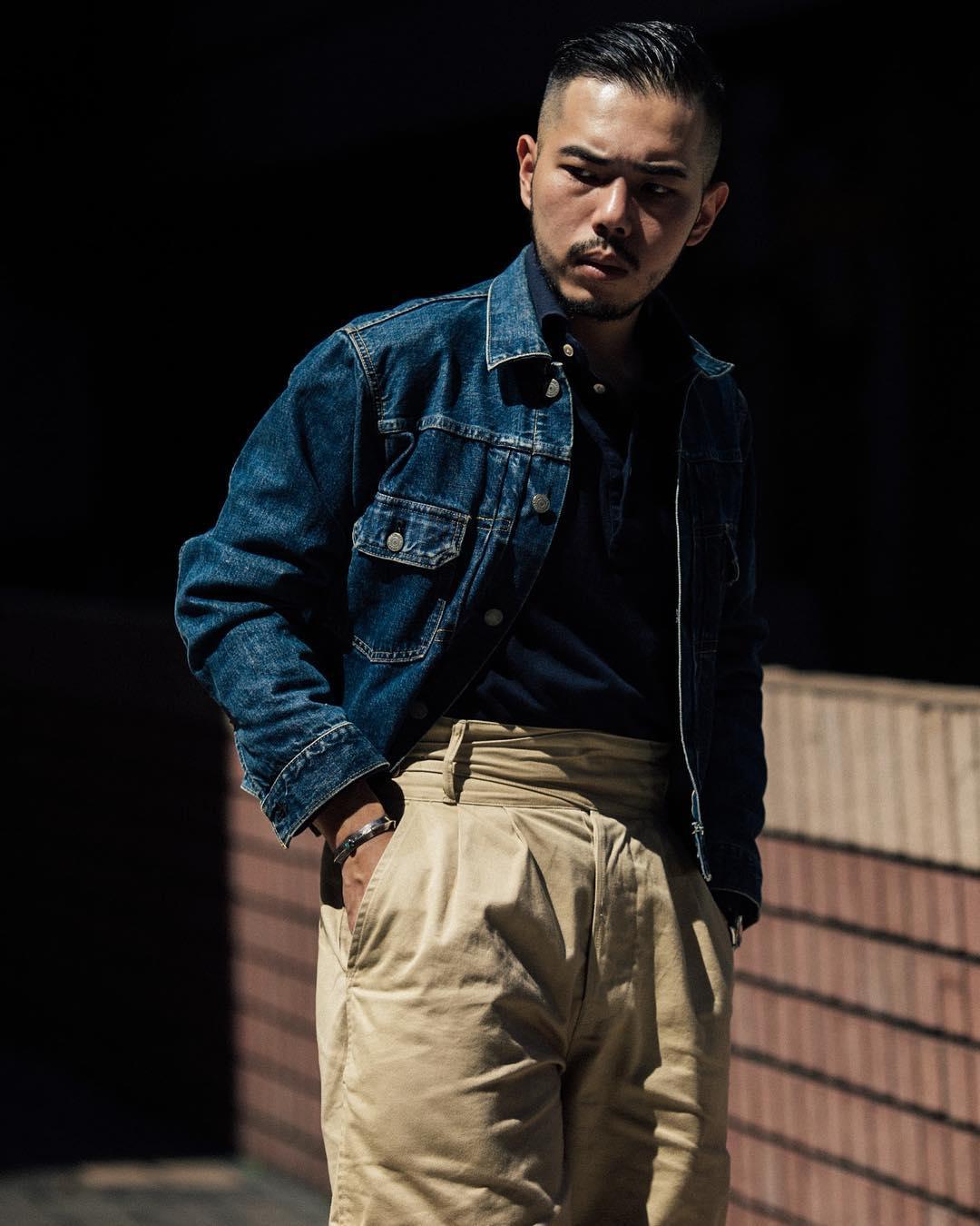 Très facile à se procurer aussi, à la mode et bon marché : la trucker jacket ou veste en jeans. Source : @wwc.willy