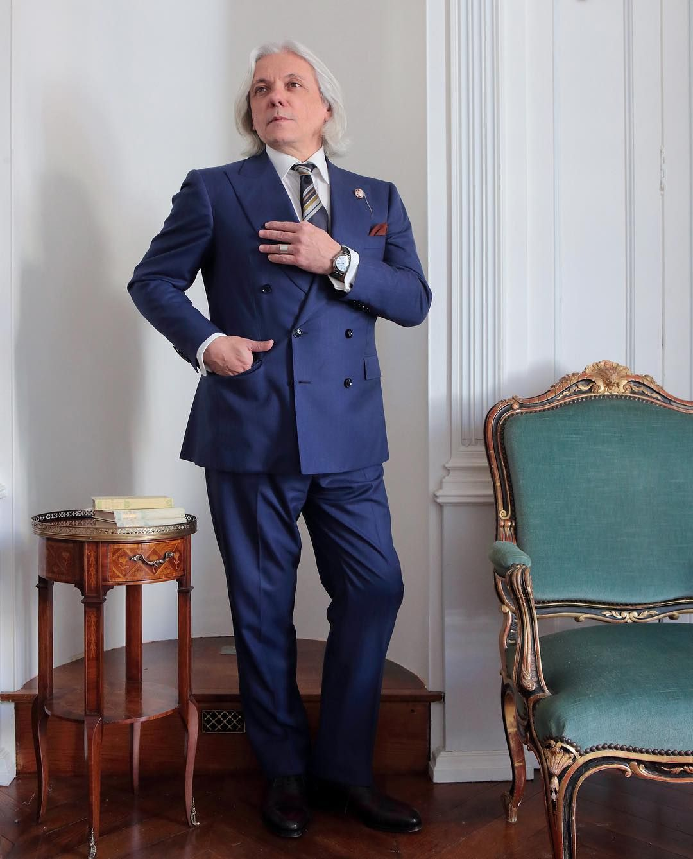 """Le gourou des sartorialistes millionnaires, Monsieur Hugo Jacomet, a dit : """"aujourd'hui, les vrais rebelles sont ceux qui portent le costume"""" (citation approximative, amen)."""