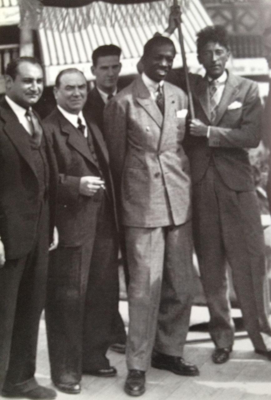A droite nous pouvons voir Jean Cocteau qui mesurait environ 1m70. Le boutonnage est trop haut et la veste trop courte pour un pantalon avec autant d'amplitude et au montant si haut. Le centre de gravité est donc déplacé vers le bas (au niveau des hanches et des cuisses) et résultat n'est pas satisfaisant: la silhouette apparaît peu virile en plus de tasser la silhouette.