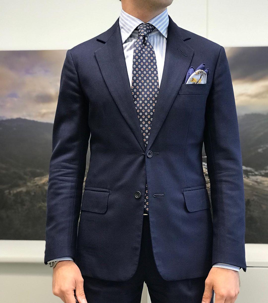 La veste est plus courte, les quartiers plus fermés. Le rendu permet de moins accentuer les hanches malgré un cintrage plus prononcé.