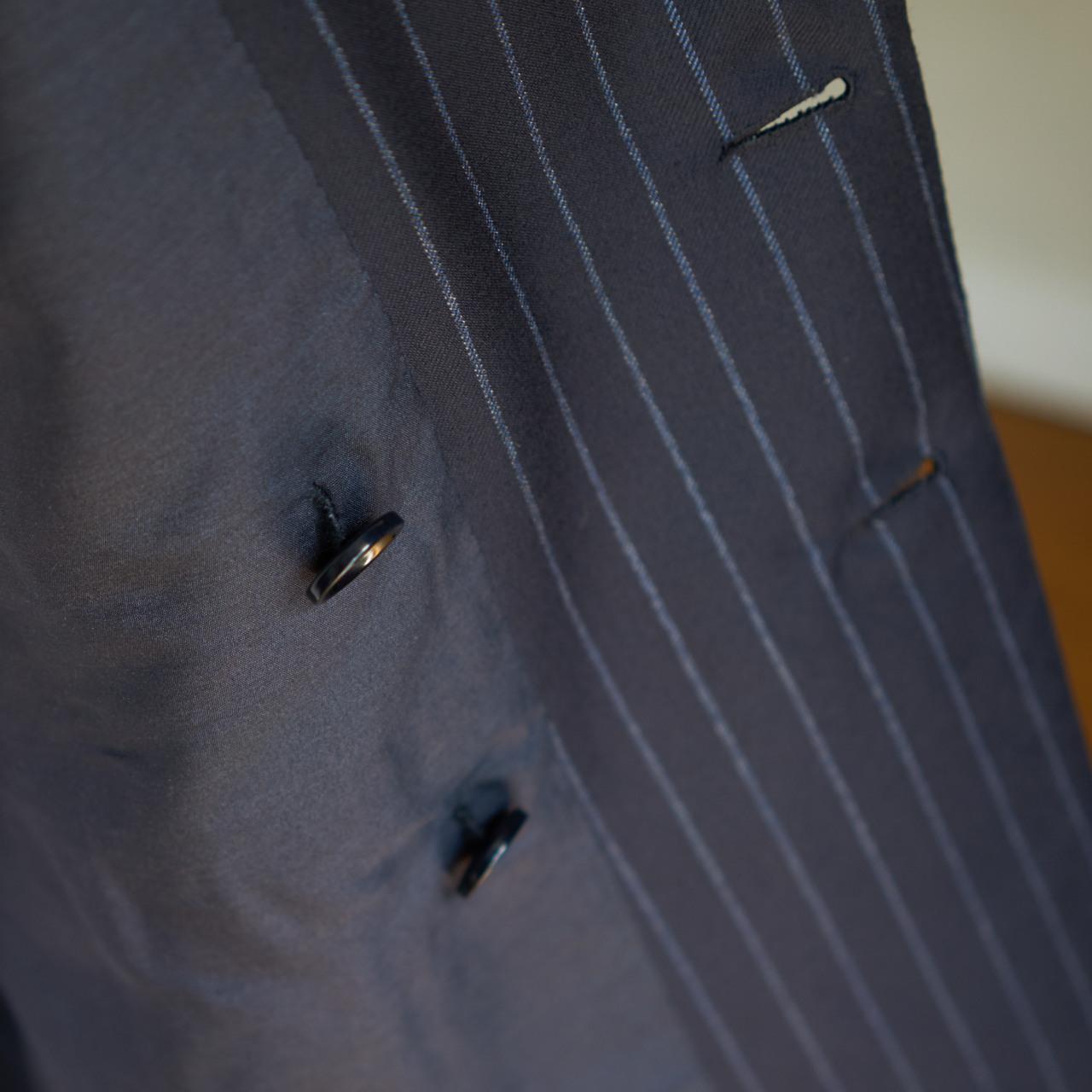 Pour bien faire, il y a alors deux boutons à l'intérieur de la veste.
