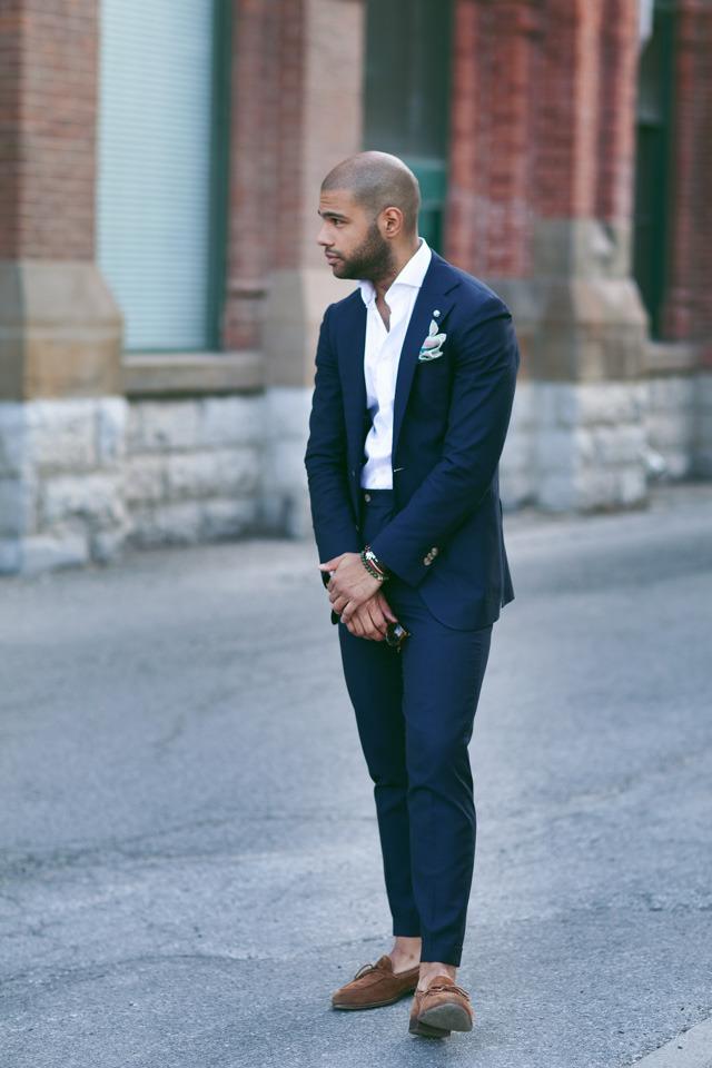 Si votre pantalon ne monte pas très haut, vous pouvez vous permettre d'avoir un boutonnage actif un peu plus haut que la fin du montant. Veillez également à ne pas avoir une veste trop longue (sans excès)