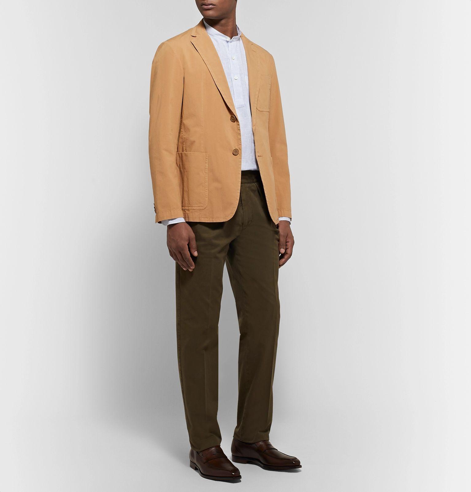 Sur cet exemple, une veste de longueur classique aurait placé le point de boutonnage actif beaucoup trop haut par rapport au bas de la veste.