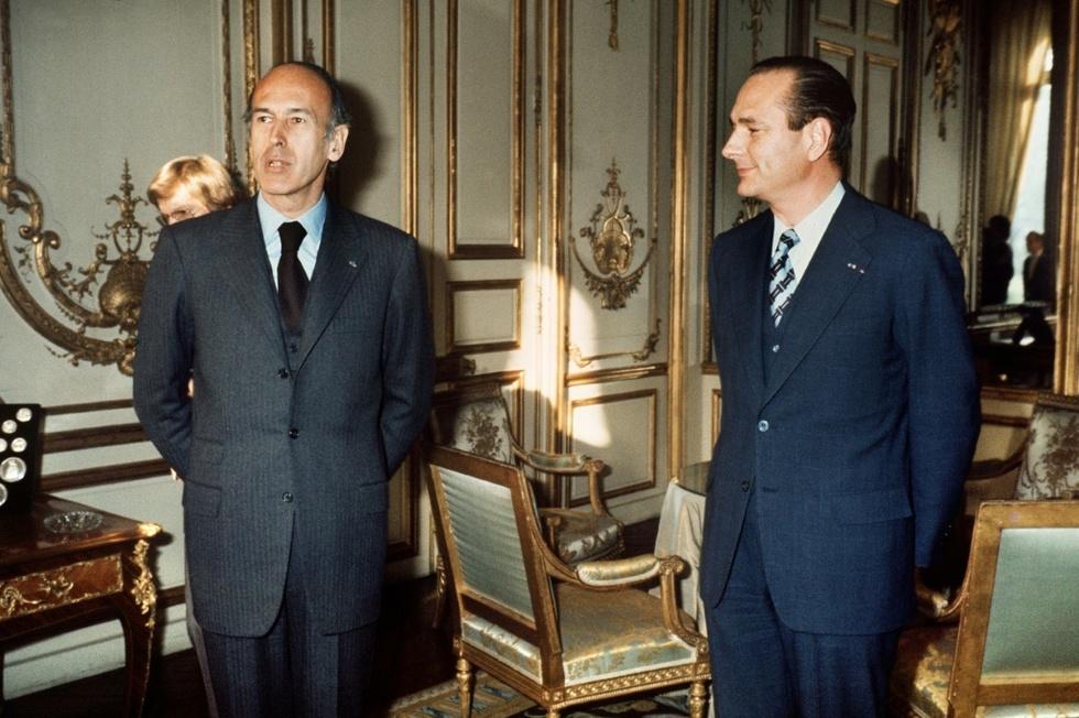 VGE porte un trois boutons (on remarque également la jupe collante au passage), Chirac un deux boutons avec la même hauteur de boutonnage que le 3 boutons de VGE.