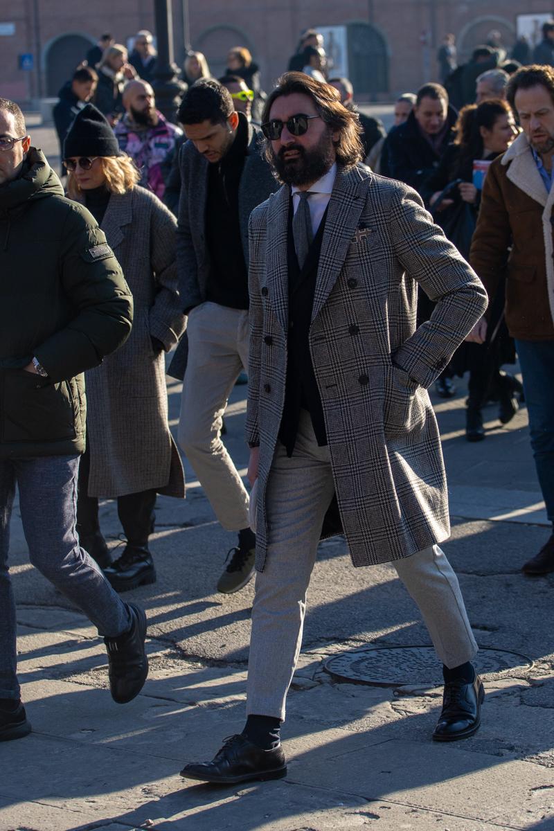 Une cravate en laine grise marche assez bien avec une chemise blanche et un cardigan marine (même si une chemise bleue serait plus cohérent sur un plan vestimentaire car chaque pièce serait décontractée, le blanc fonctionne mieux car il offre un meilleur contraste avec le gris que le bleu ciel). C'est tout ce qu'il y a à retenir dans cette tenue. Le reste est nul. Mention spécial au pantalon trop court façon Monsieur Hulot ou pantalon de femme (capri pants).