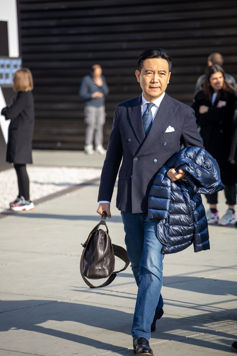 Un plouc à l'état pur : veste croisée, cravate et pochette porté avec un jean et des souliers bleus (deux signes infamants ! ). La doudoune en poulyplouc termine le tableau. Bref, à éviter sauf si votre délire c'est de vous déguiser en directeur de supermarché.