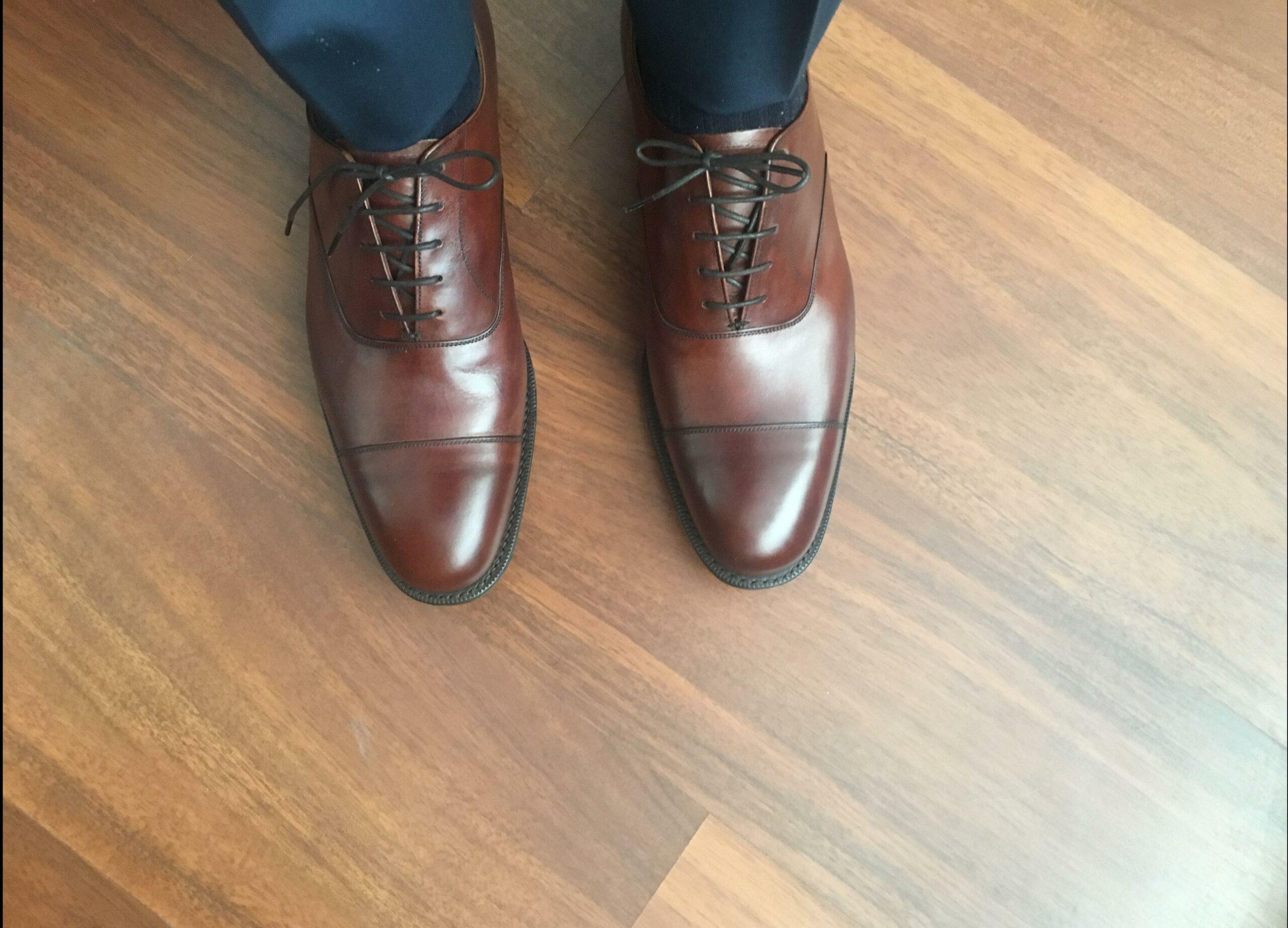 La paire semble être à la bonne taille néanmoins les garants complètement éclatés, bien que le soulier ne soit pas suffisamment serré le cou-de-pied du porteur est trop fort pour cette forme. (Source : Styleforum)