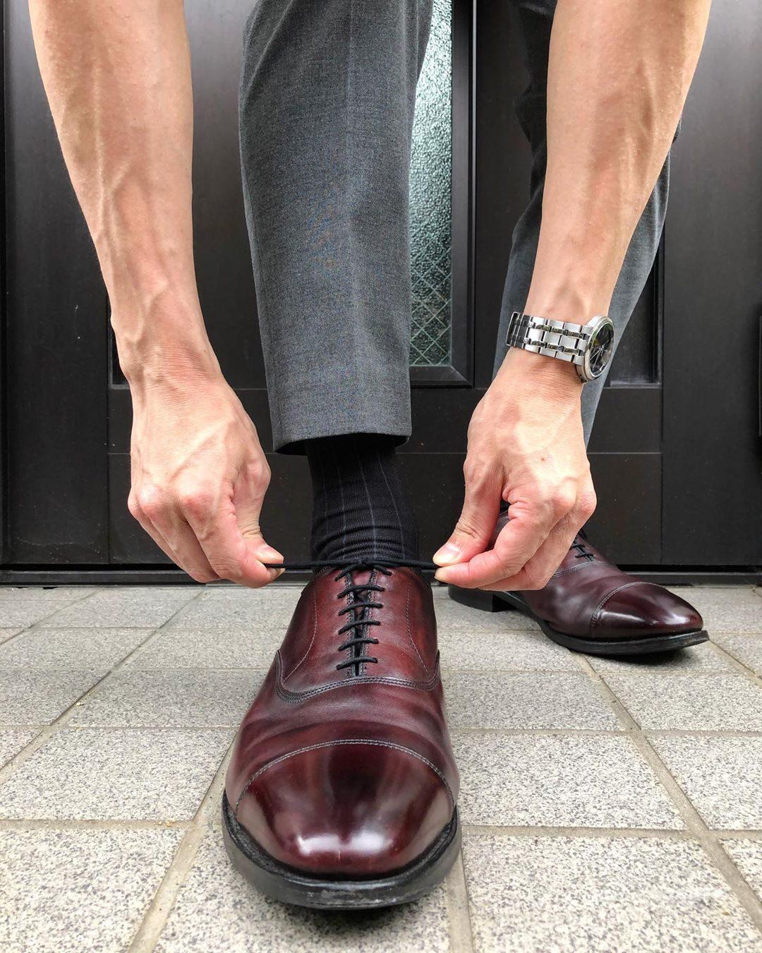 Un exemple typique de la façon dont beaucoup portent des richelieu de nos jours. Il est préférable que les garants se touchent et ne soient pas écartés comme c'est le cas ici. (source Styleforum)