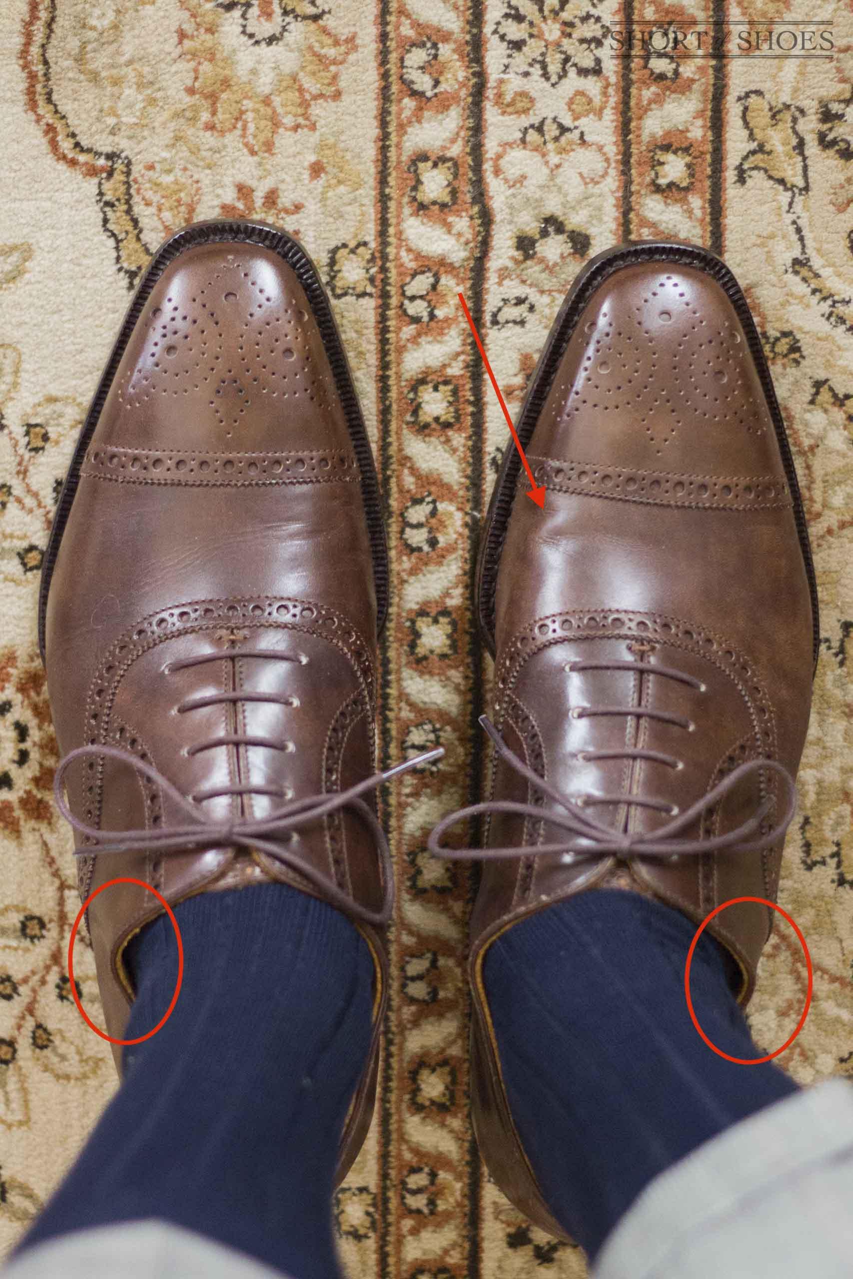 Une photo très intéressante, il est impossible de dire si cette personne a des pieds plats. Néanmoins, il est évident qu'elle a un cou-de-pied bas et de faible volume. De plus elle se plaint d'avoir un talon étroit mais des orteils larges, conduisant à un avoir un pied difficile à chausser. Notez comme les garants se touchent alors que la paire n'est pas adaptée, comme nous l'indiquions cet élément n'est pas ultime dans la détermination de la taille qui vous convient. Notez également le bourrelet indiqué par le flèche rouge, signe que la paire va possiblement très fortement plisser dans cette zone. (Source : Styleforum)