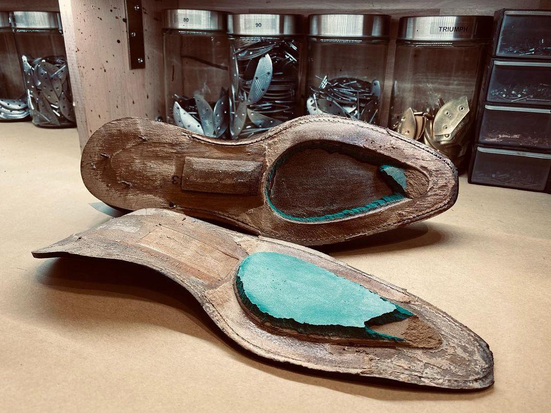 Toutes les chaussures ne sont pas ce qu'elles prétendent être : vous pensiez acheter du Goodyear, vous vous retrouvez avec des chaussures en mousse. L'objectif étant bien évidemment de réaliser de très grosses économies au détriment de la qualité. (Source : @ateliermaubeuge)