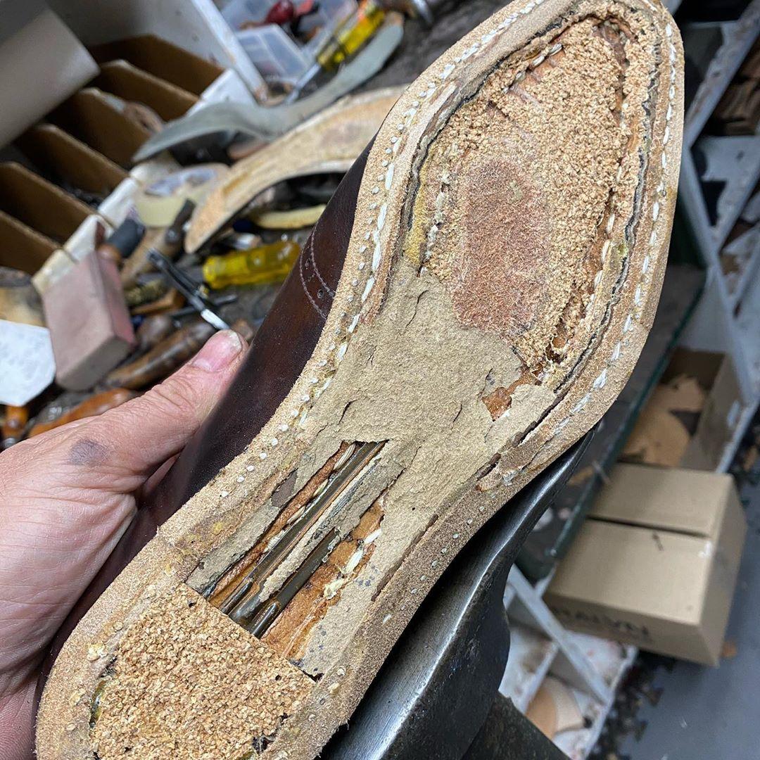 Un beau cousu trépointe sur une paire de Vass. Notez le cambrion en acier. (Source : Bedo's leatherwork)