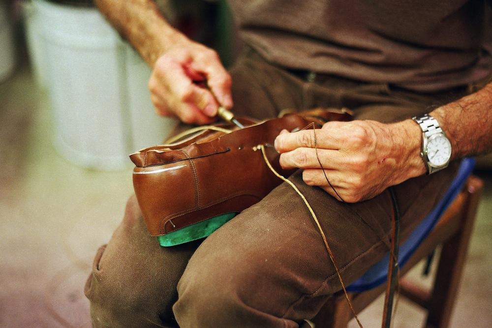 Montage d'une paire de Chasse effectué à la main chez Weston. (Source : Redingote)