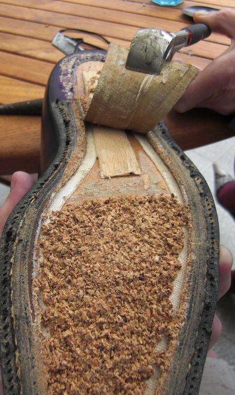 Démontage d'une paire de Corthay, le cambrion est en bois, le rempli en pâte de liège et le mur collé. (Source : depiedencap)
