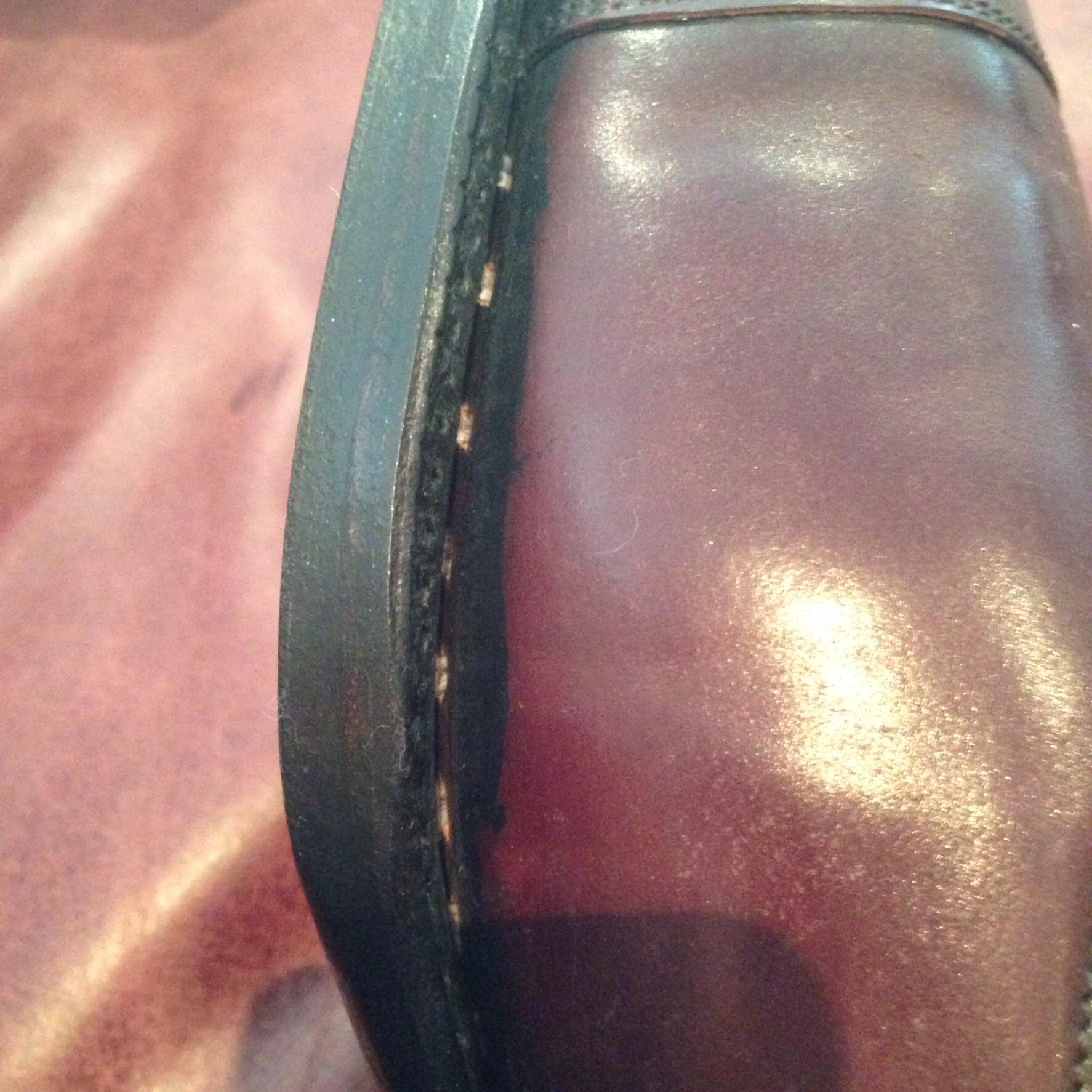 Une couture trépointe Vass particulièrement ratée. La couture de la trépointe doit être invisible, c'est un défaut majeur dans la construction de la chaussure. Une couture trépointe trop lâche fragilise la chaussure et la seule solution est un ressemelage. Il semble que la marque ait poussé le vice à essayer de cacher la trépointe en appliquant un coup de déforme (une mixture de teinture et de cire pour la lisse). (Source : Reddit)