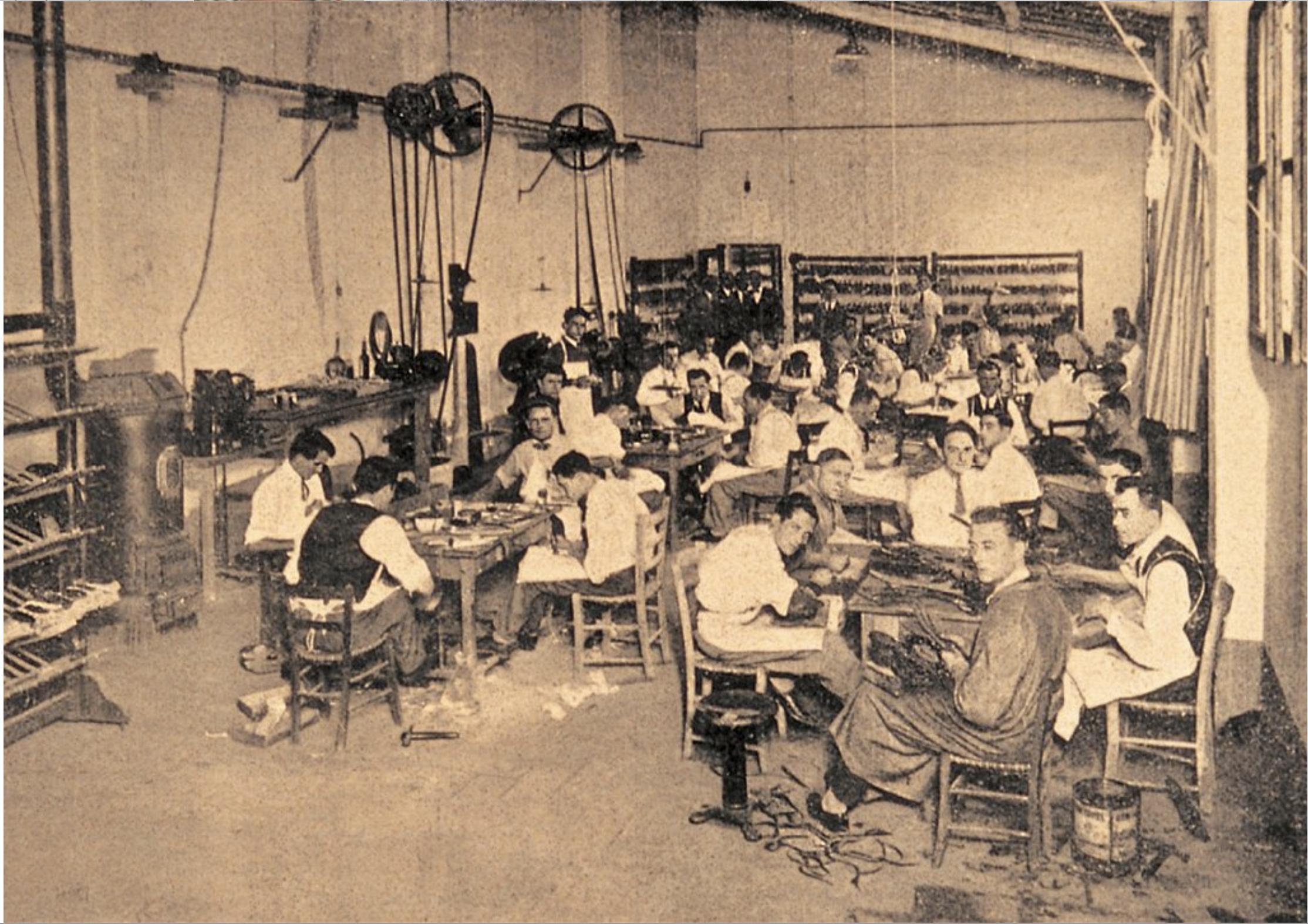 Le premier atelier de Salvatore Ferragamo à son retour en Italie en 1927, une mécanisation réduite au minimum et des ouvriers dont l'élégance rhabille tout le Pitti. (Source: l'Art de la chaussure)