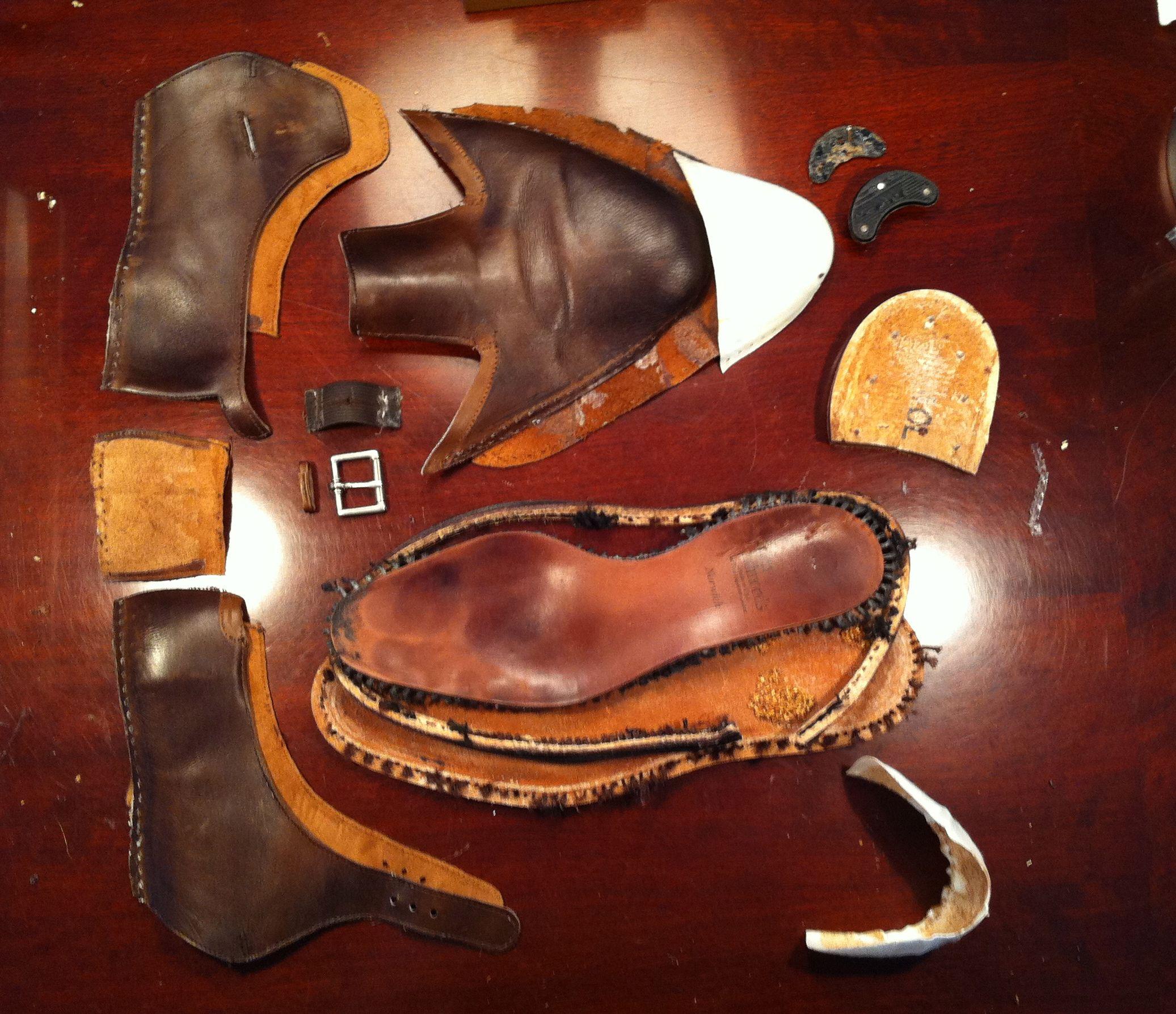 Une paire d'Allen Edmonds démontée, notez l'absence du cambrion. Selon eux leur couture spéciale machin chose leur permet de s'en passer. Foutaise. (Source : Reddit)
