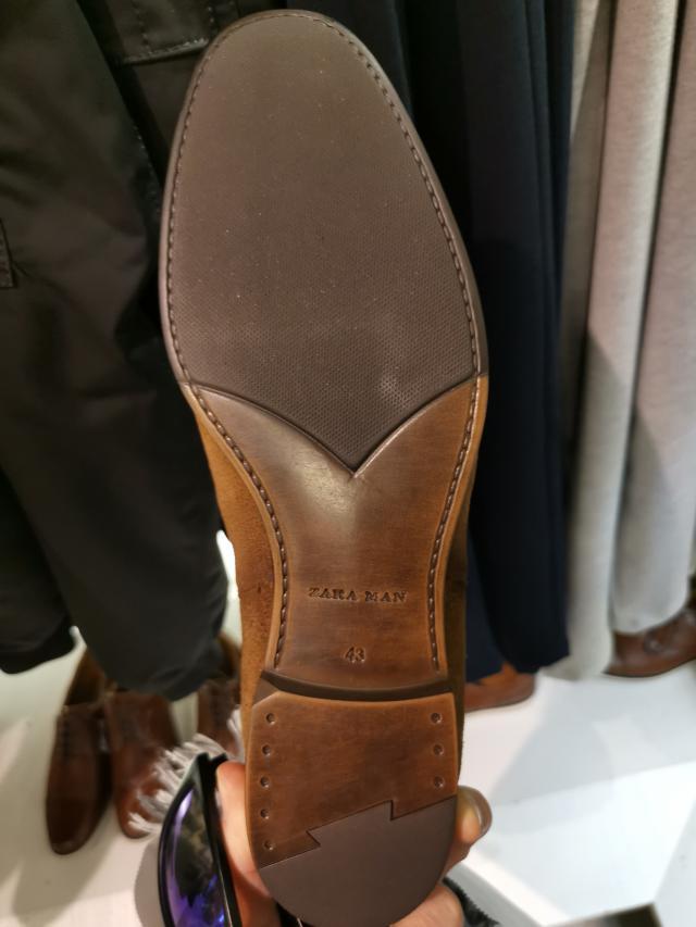 Un superbe montage de bâtard. La chaussure est collée mais prend la peine d'imiter toutes les finitions d'un soulier beaucoup plus cher… sauf qu'un soulier beaucoup plus cher aurait eu un montage sous gravure et non en rainette. L'intérêt pour la marque est de faire croire à un cousu GW, donc la fausse couture est laissée apparente ce qui est totalement incongru. (Source : depiedencap)
