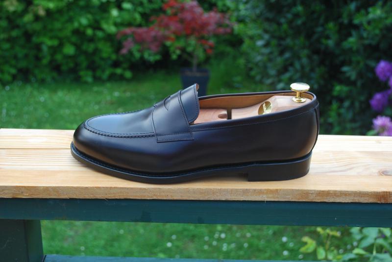 Un cuir rectifié sur une paire de Morjas. Le cuir rectifié existe avec divers niveau de brillance, d'où la difficulté pour l'identifier. (Source : depiedencap)