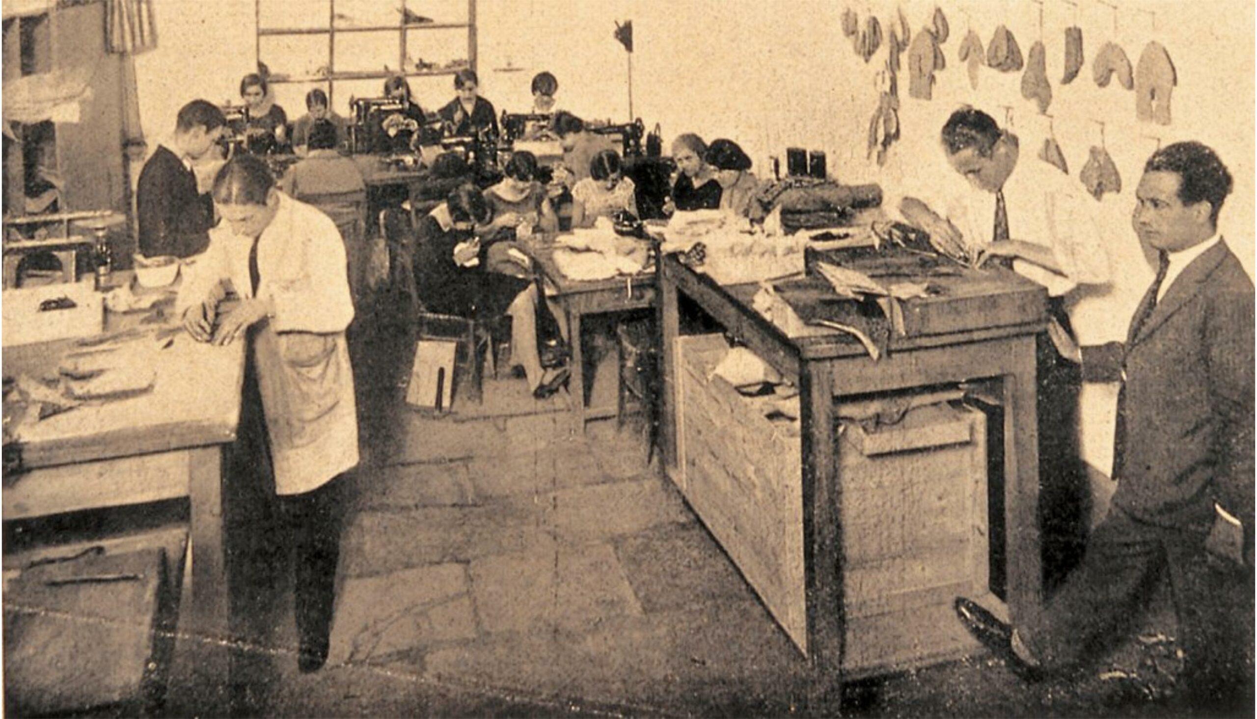 L'atelier Ferragamo à Florence en 1935, au premier plan les coupeurs qui lèvent (coupent) les différentes parties du cuir nécessaires à la fabrication de la chaussure. Au second plan les piqueuses qui  se chargent de coudre les différents morceaux de cuir. Sur le mur de droite vous pouvez voir certains des éléments en cuir qui composent une chaussure. (Source: l'Art de la chaussure)