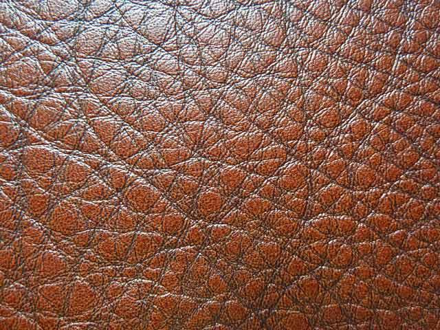 À titre de comparaison voici un cuir de vache, le grain est beaucoup plus marqué. (Source : Sartorialisme)