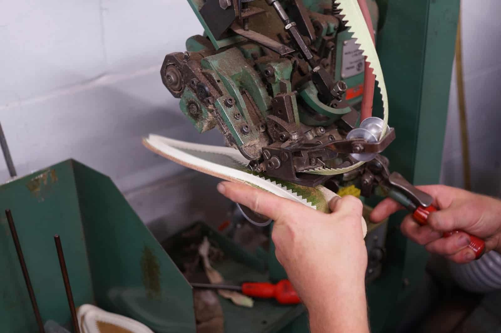 La machine qui sert à appliquer les murs collés dans l'usine de  Gaziano & Girling. Comme vous pouvez le constater cela demande du temps, de la précision, un grand niveau de maîtrise et de sang froid. Non je déconne, c'est con comme la lune à faire et ça prend 10 secondes. (Source : Shoegazing)