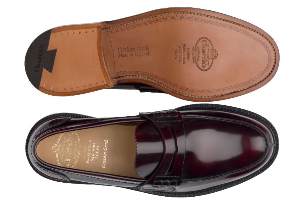Au regard de la brillance et de la couleur bordeau on pourrait presque penser à une paire en cordovan mais il s'agit bien d'un cuir bookbinder. (Source : Church's)