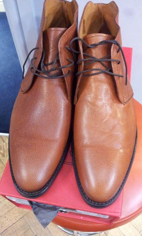 La chaussure de droite est faite d'un cuir de catégorie 2 ou 3 alors que la chaussure de gauche est faire d'un cuir de basse catégorie 1 voire catégorie 2. Il s'agit d'une paire en private label qui sort de l'usine d'Andrès Sendra faite pour Jfitzpatrick. (Souce : Shoesnobblog)
