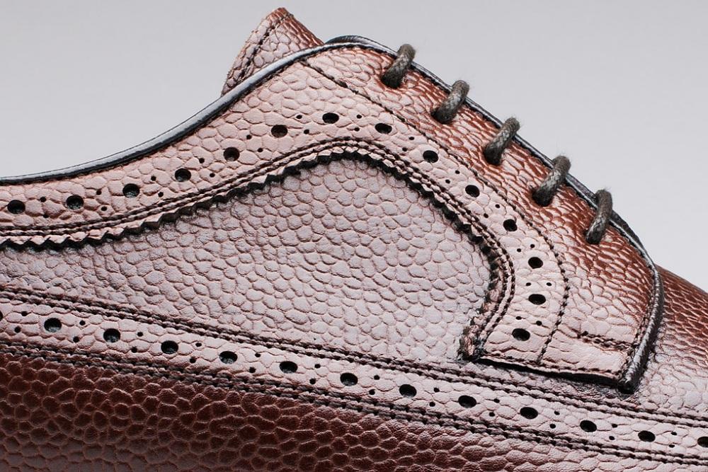 Un cuir grainé sur une paire d'entrée de gamme. (Source : Finsbury)