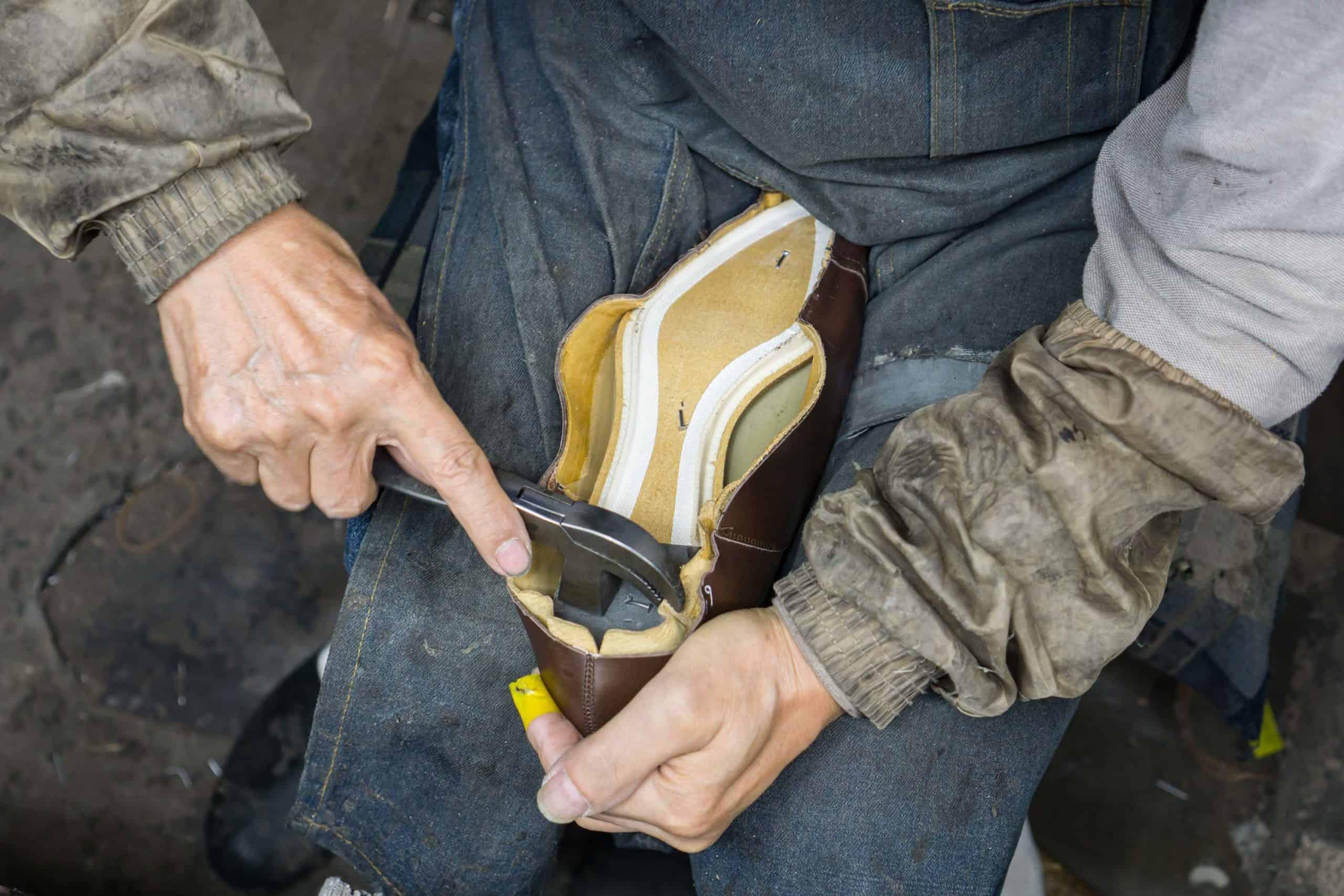 Un exemple intéressant, Central Shoes au Japon. Le montage est effectué partiellement à la machine (mur collé) et partiellement à la main. Est-ce que la chaussure est fait main ? Non mais l'usine ne le revendique pas. Elle fabrique essentiellement pour des clients en private label. (source : shoegazing)