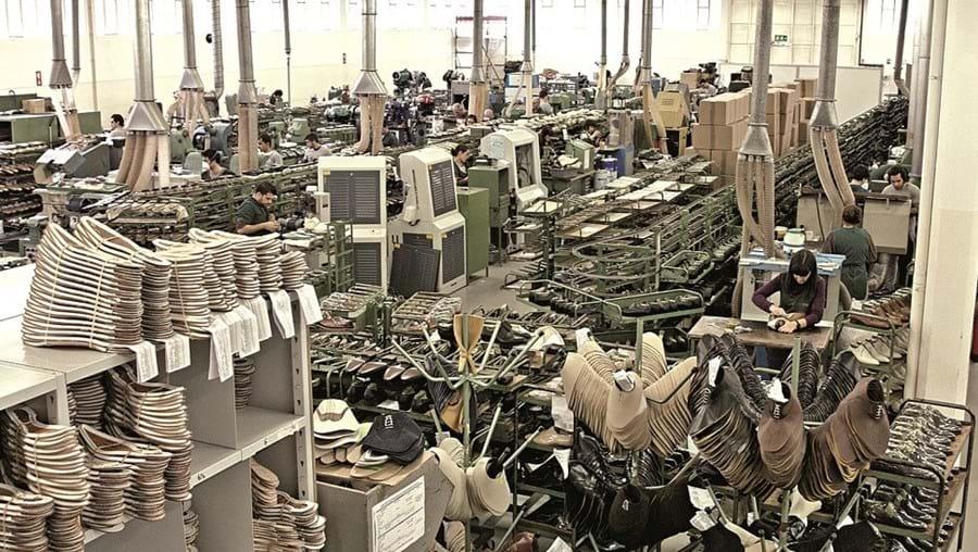 Alors que la réalité c'est ça, Zarco 60 000 paires par ans pour Carlos Santos et leurs clients en private label dont Malfroid. J'entends d'ici le doux chant des machines, on peut presque sentir l'odeur de la colle. Le raffinement authentique, très certainement. (source : cmjornal)