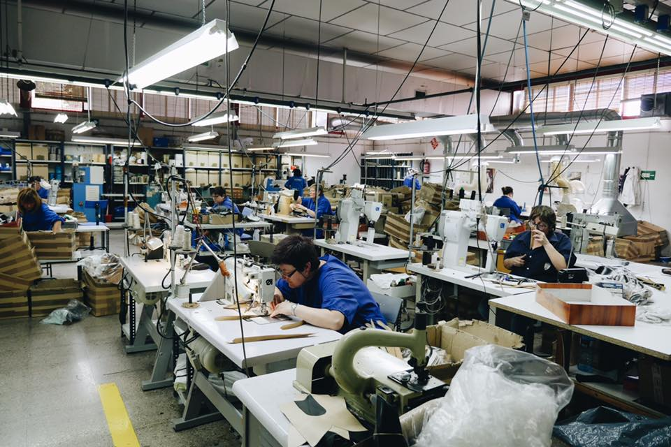 """Pour mémoire Sendra c'est ça. Une usine massive qui sert à la fois pour les chaussures et les bottes d'Andrès Sendra mais qui produit également pour au moins 18 marques différentes en private label et aucune des chaussures ne sont faites """"à la main"""". (source : sendra)"""