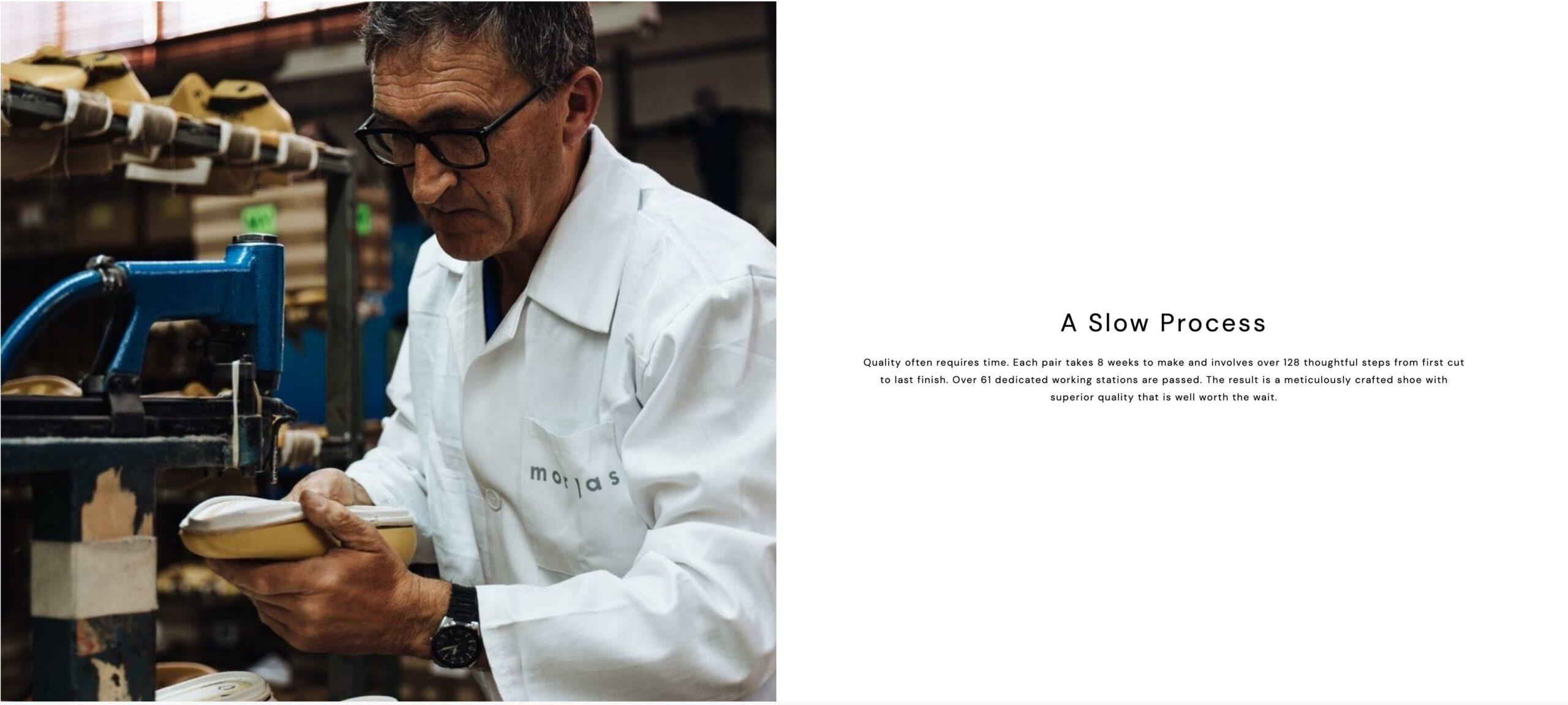 Un petit détail amusant, Morjas ne possède pas d'usine. Ils font fabriquer chez Sendra. Mais pour la séance photo ils ont été jusqu'à fabriquer une blouse à leur nom pour la faire endosser par l'ouvrier. Les mises en scène de ce genre sont très courantes. Une autre très populaire, le coupeur qui pour la photo fait semblant de lever un cuir au tranchet alors que l'usine utilise une découpe automatisée. (source: morjas)