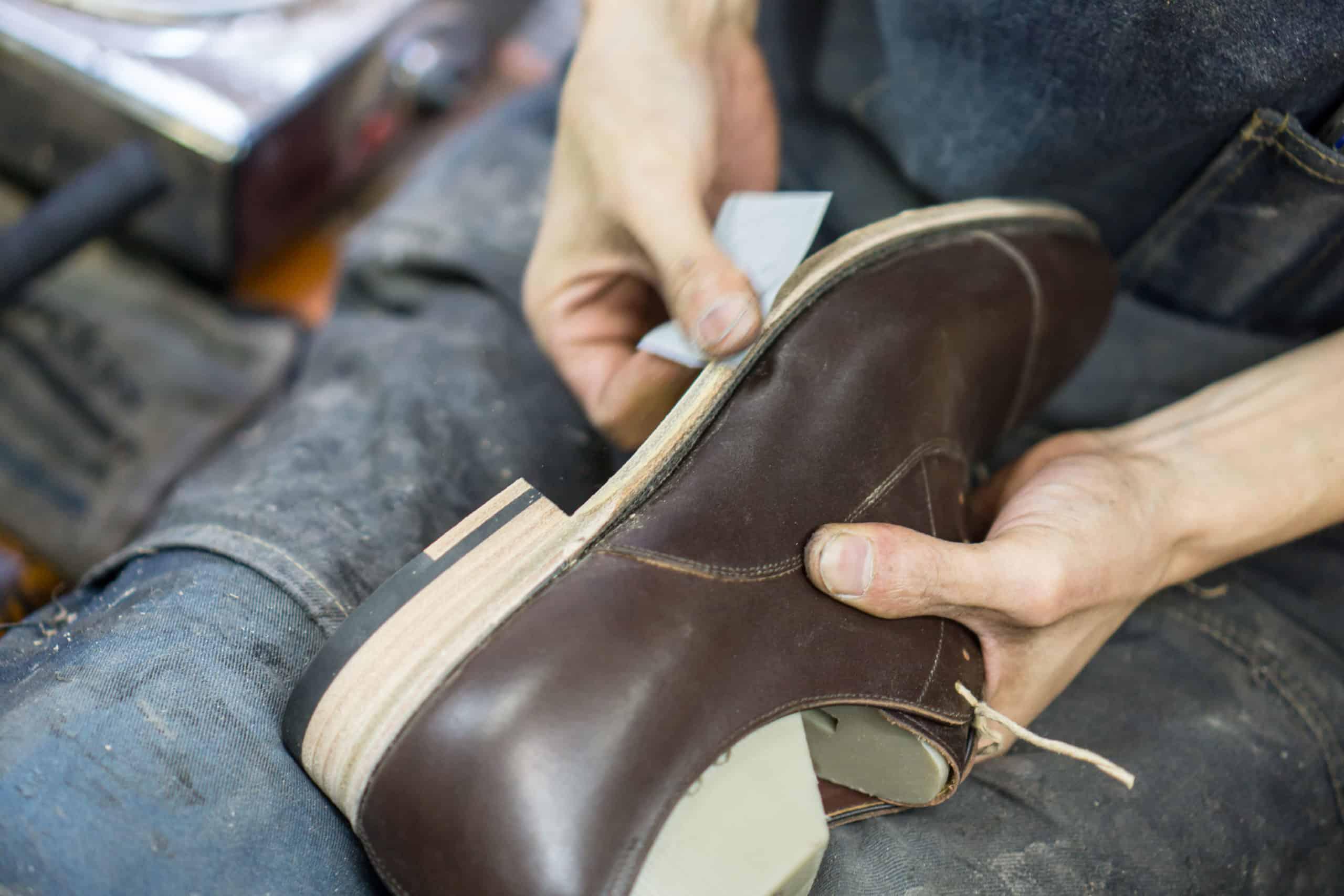 La même marque finit également les lisses à la main, ce qui n'est pas courant dans leur segment de prix. Ce n'est pas parce qu'une chaussure sort d'un atelier qu'elle est faite intégralement à la main. De la même façon, ce n'est pas parce qu'une chaussure est faite à la machine que certaines étapes ne peuvent pas être faites à la main. (source : shoegazing)