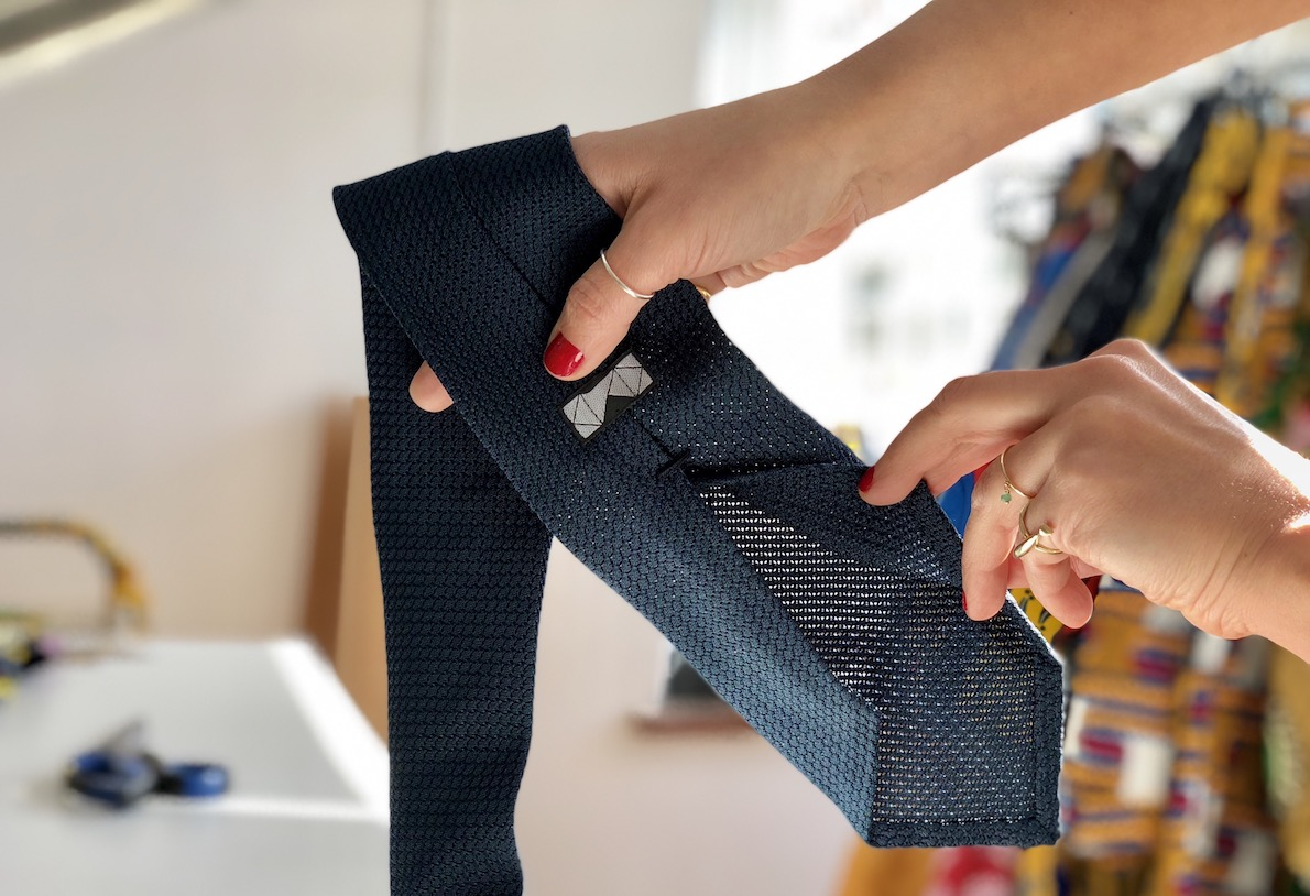 Une cravate en grenadine de soie, cette fois sans doublure. (Source: kydos)