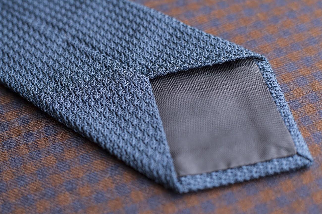 Une cravate en grenadine de soie avec doublure. (Source: Poszetka)