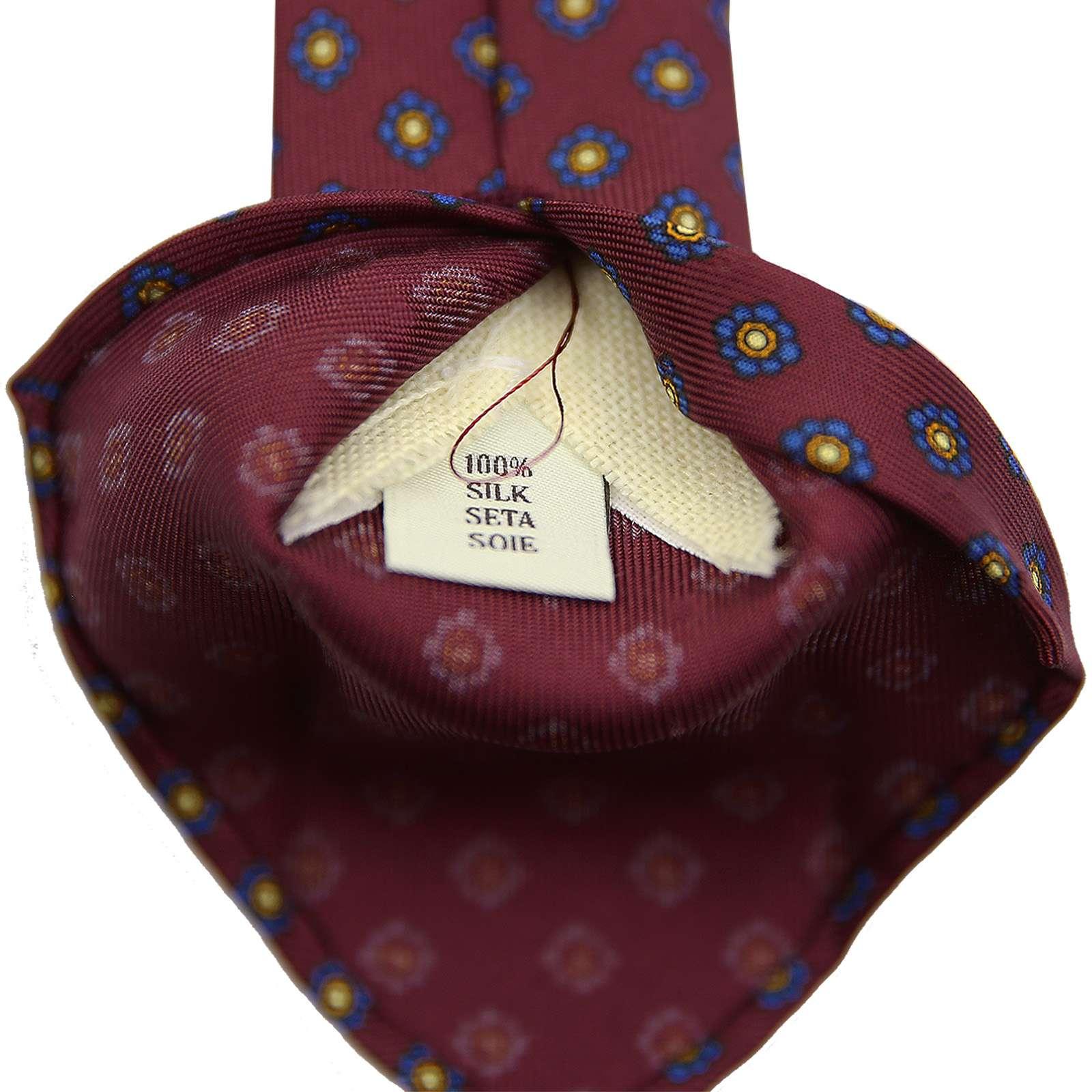 Fil de friction sur une cravate Shibumi Firenze. Notez que le roulottage est également fait main. (Source: Shibumi Firenze)