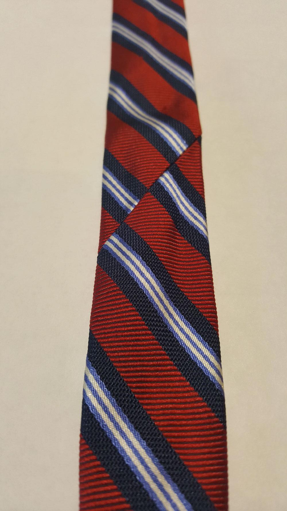 Une cravate réalisée en deux parties, reconnaissable à la couture unique sur l'endroit. (Source: Sartorialisme)