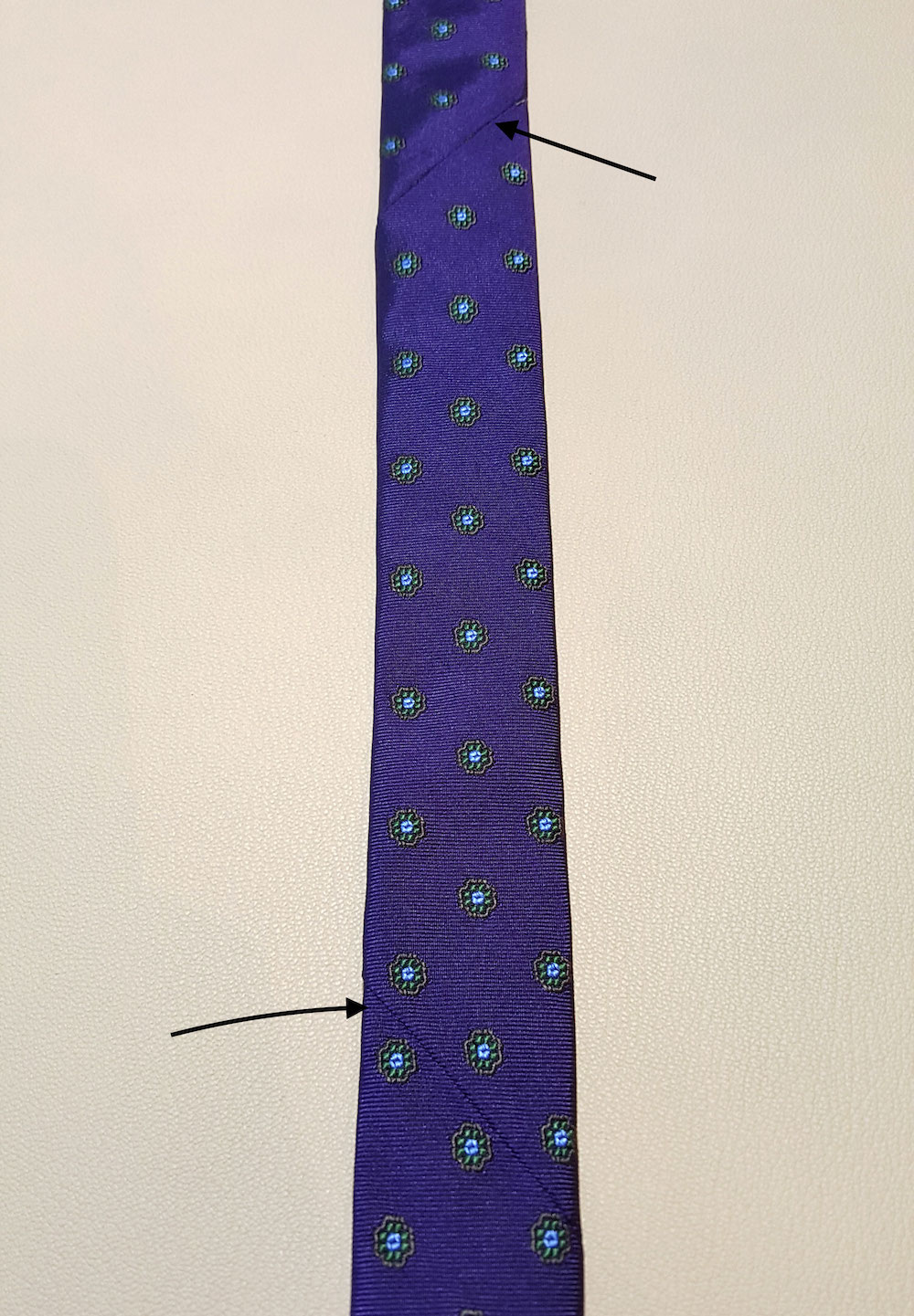 Une cravate réalisée en trois parties, reconnaissable aux deux coutures sur l'endroit. (Source: Sartorialisme)