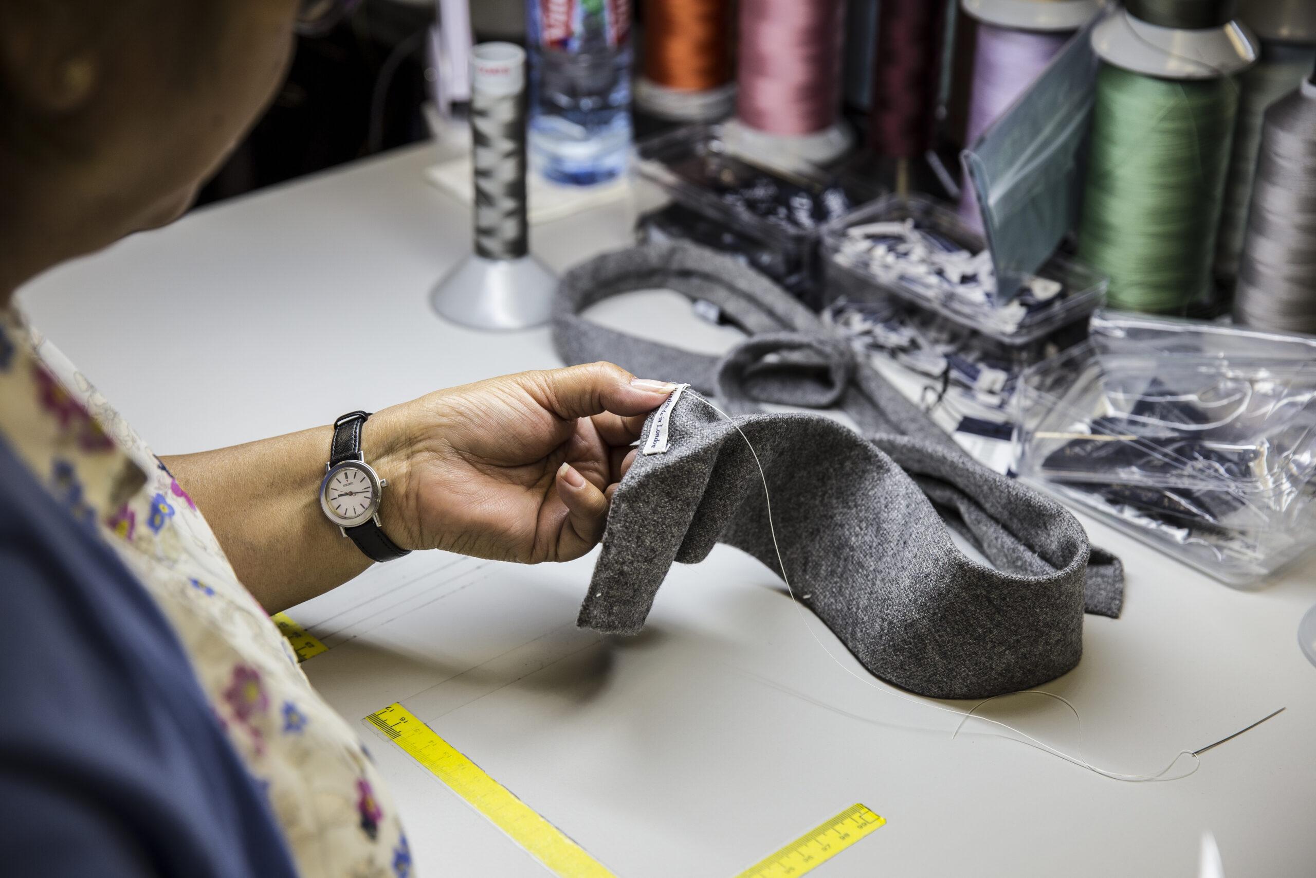 Certains ateliers vont jusqu'à coudre les étiquettes à la main. (Source: Timeslessman).