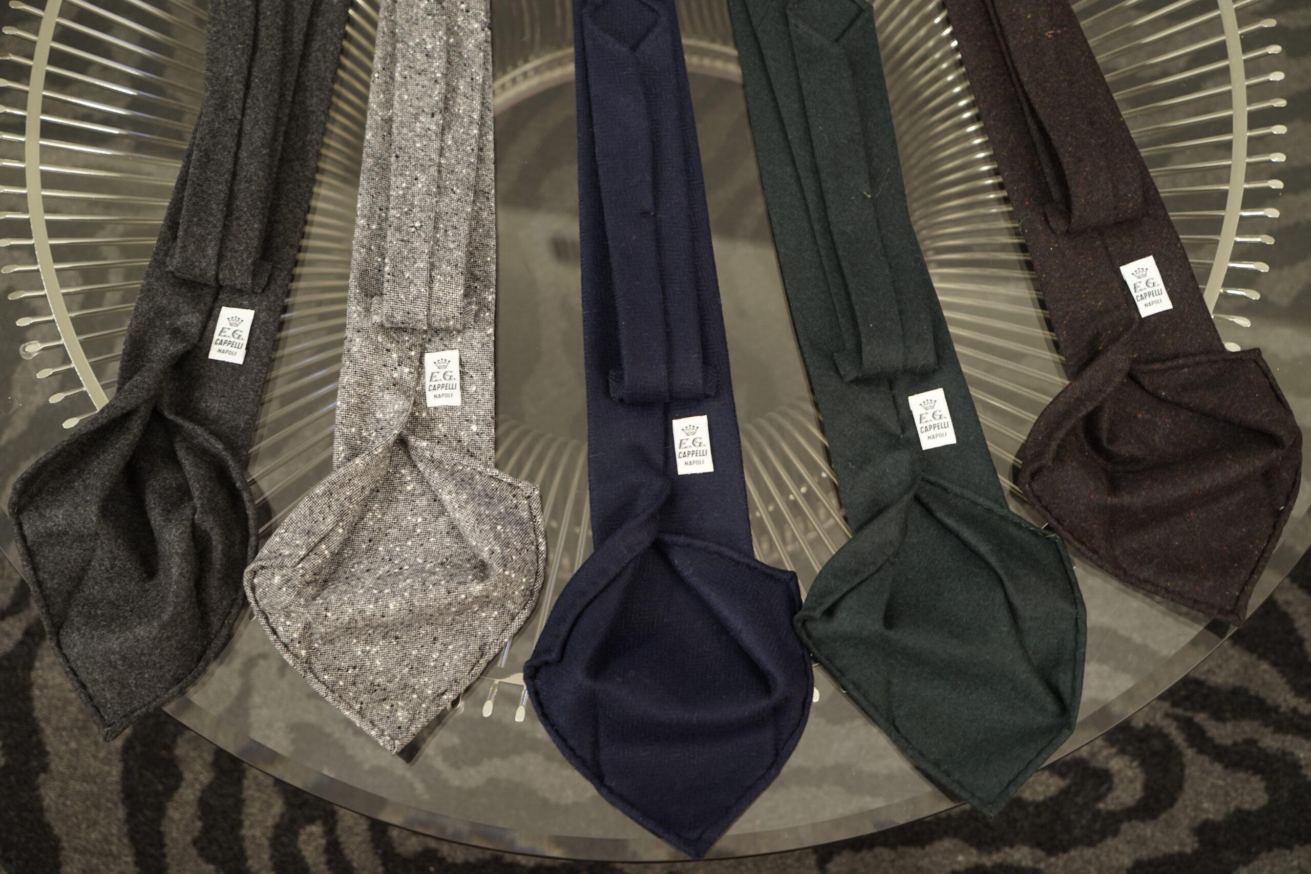 Laine, cachemire, donegal tweed. Un simple exemple de matières disponibles. Notez que ces cravates 3 plis ne sont pas doublées. (Source: Styleforum)